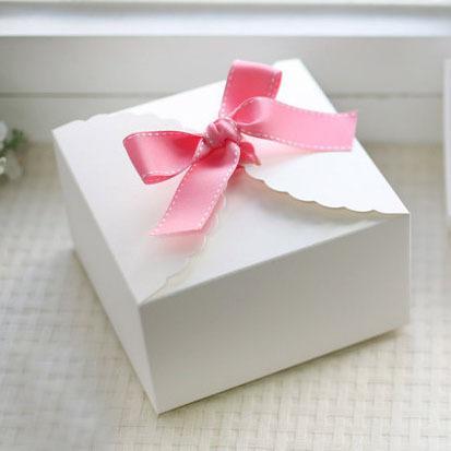 صندوق من الورق المقوى بنمط الدانتيل الأبيض ، صندوق هدايا ، صندوق كيك ، 9 سم x 9 سم × 5 سم