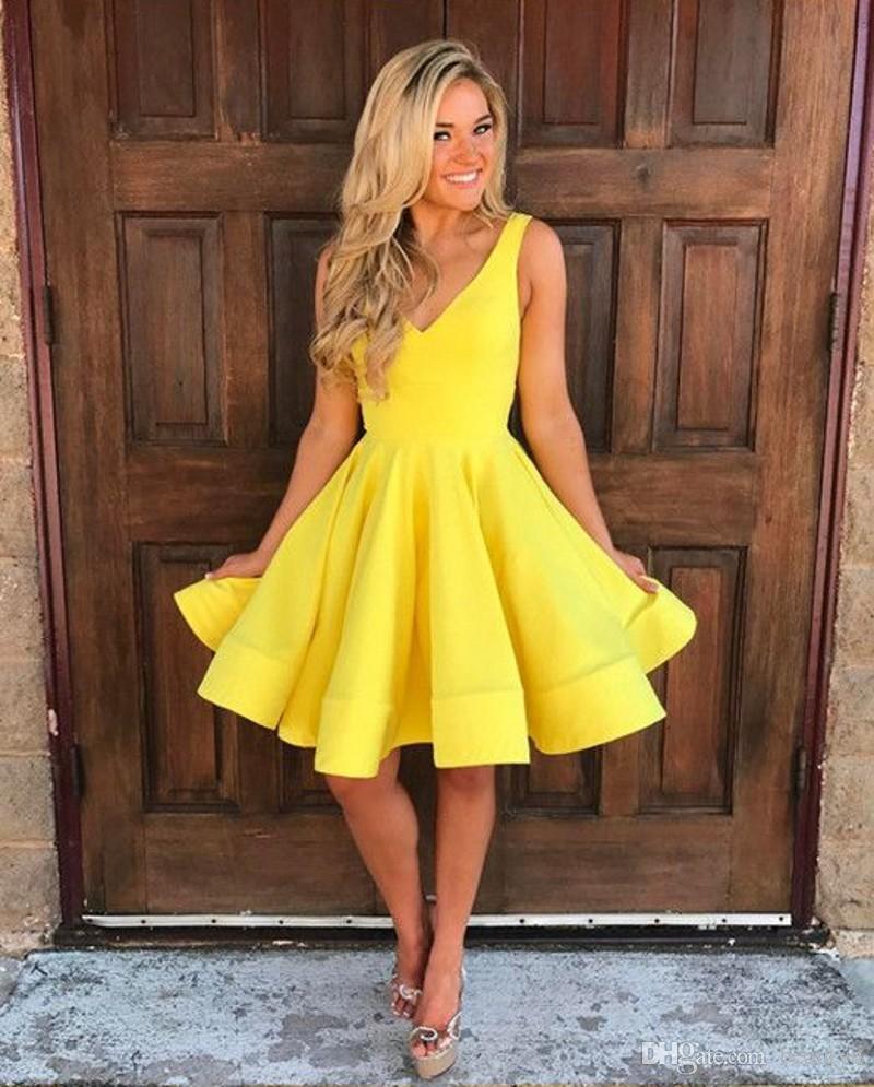 Compre Vestidos Cortos Simples Del Regreso Al Hogar Amarillo Para Los Jóvenes 2018 V Escote Profundo Sin Mangas Barato Una Línea Del Partido Del Baile