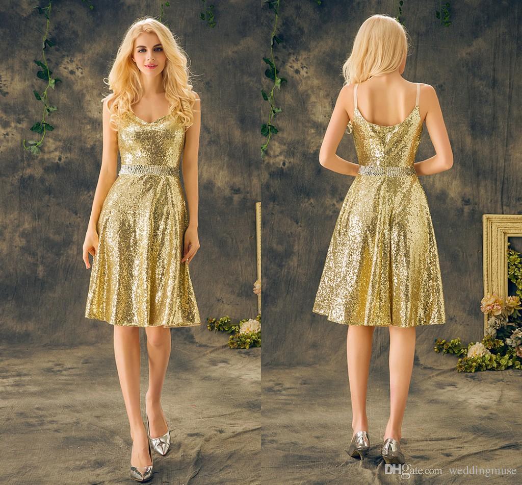 Real Gold 2021 Korta Bridesmaids Klänningar Sexiga Spaghetti Strap Ärmlös Sequins Pärlor Bälte Knee Längd Billiga Brudtärna Klänningar