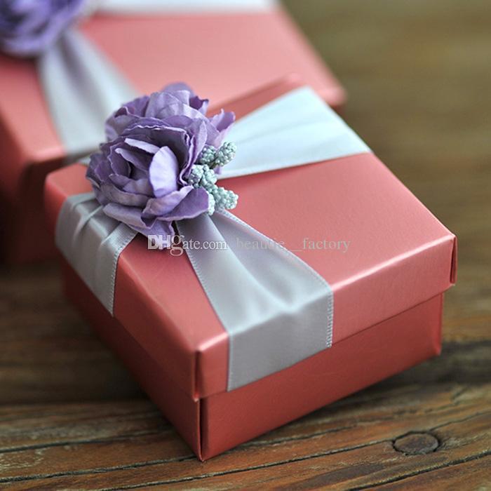 Boîte à bonbons carrée rose de 50 pcs avec de la décoration de fleur de rose violette