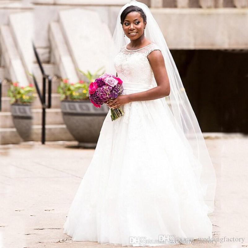Venta caliente Casquillo Mangas Vestidos de novia Cristales Con cuentas Cuello escarpado Apliques de encaje vintage Vestidos de novia Vestido de novias africanas con talla