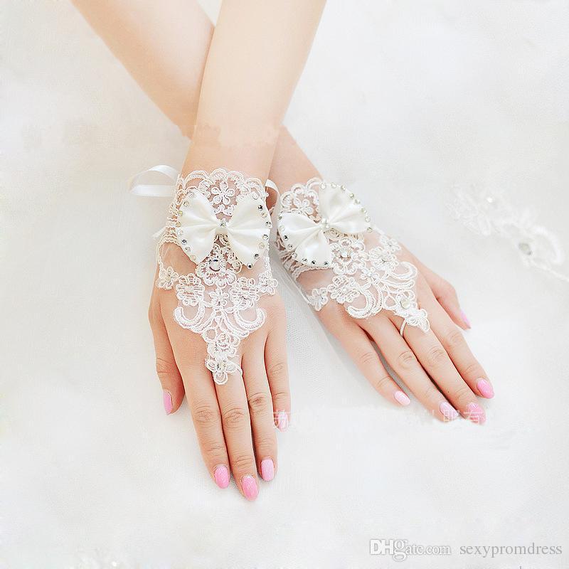 Cute Lovely Krótki Koronkowy Koronkowy Aplikacje Wedding Bridal Rękawiczki Z Kryształami Zroszony Bowknot Gorąca Sprzedaż Darmowa Wysyłka