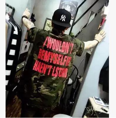 Hiphop de verano carta de impresión de gran tamaño suelta camuflaje camiseta hombres mujeres uniforme militar de manga corta moda casual dobladillo curvo camisetas