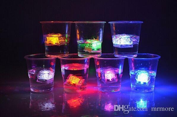 Mini partito del LED illumina Piazza Cambiare colore cubetti di ghiaccio a LED Glowing cubetti di ghiaccio di lampeggiamento della novità del rifornimento del partito