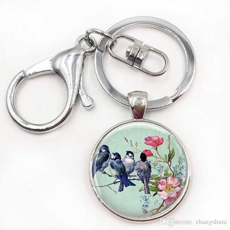 Chaveiro artesanal com ornamentos de vidro azul pássaros em um galho Chaveiro artesanal de pássaros com chaveiro natal flores cor de rosa