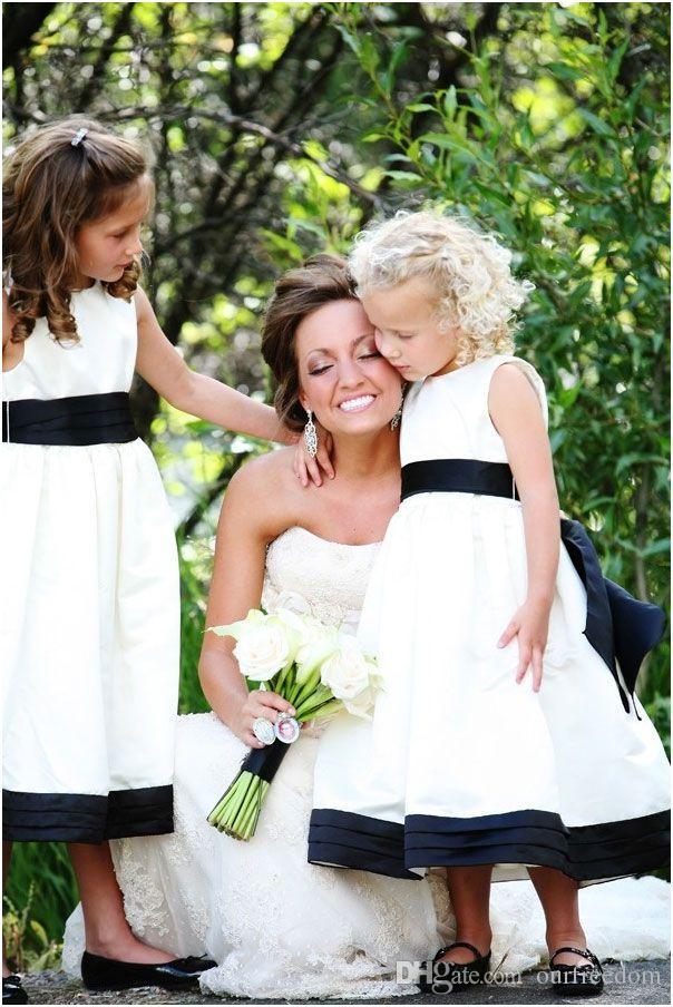 Le ragazze su misura del fiore bianco si vestono 2019 nozze del giardino con i telai dell'arco Navy Blue bordo vestiti da prima comunione delle ragazze Pageant Gowns