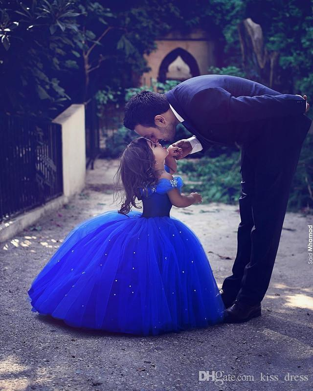 Lange Prinzessin Aschenputtel Blumenmädchenkleider Off-the-Schulter bodenlangen Ballkleid Blau Kinder-Festzug-Kleider-neuester Entwurf nach Maß F100