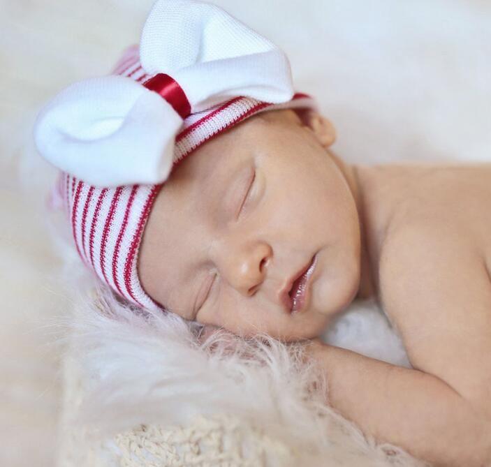 Nette Sommer-Babyphotographie neugeborenes Säuglingsbaby gestrickte Krankenhaus-Hut-Kappe mit Glitter-Pailletten-großem Bogen