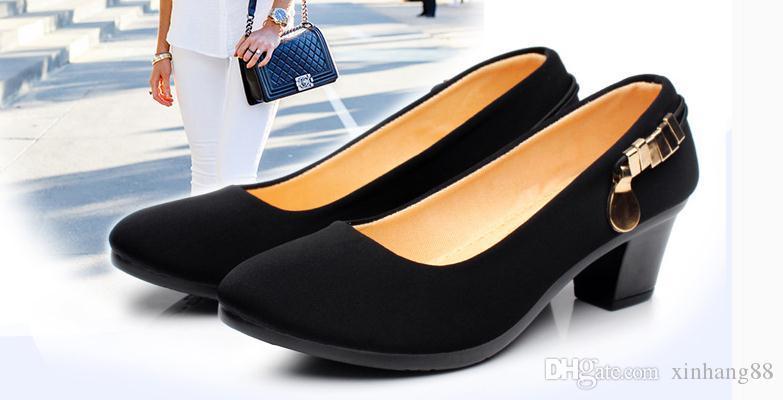 Die neuen Tuchschuhe für die Schuhe der Frauen in den Dokumentarschuhen beschuht Berufspendler dick mit Arbeit