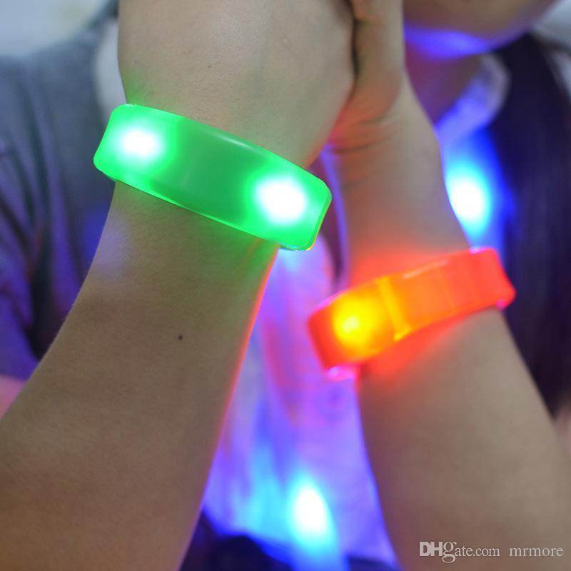 밤 스포츠 손목 밴드 축제 파티 할로윈 콘서트 장식은 제어 LED 점멸 실리콘 팔찌 안전 진동 제어를 주도 사운드