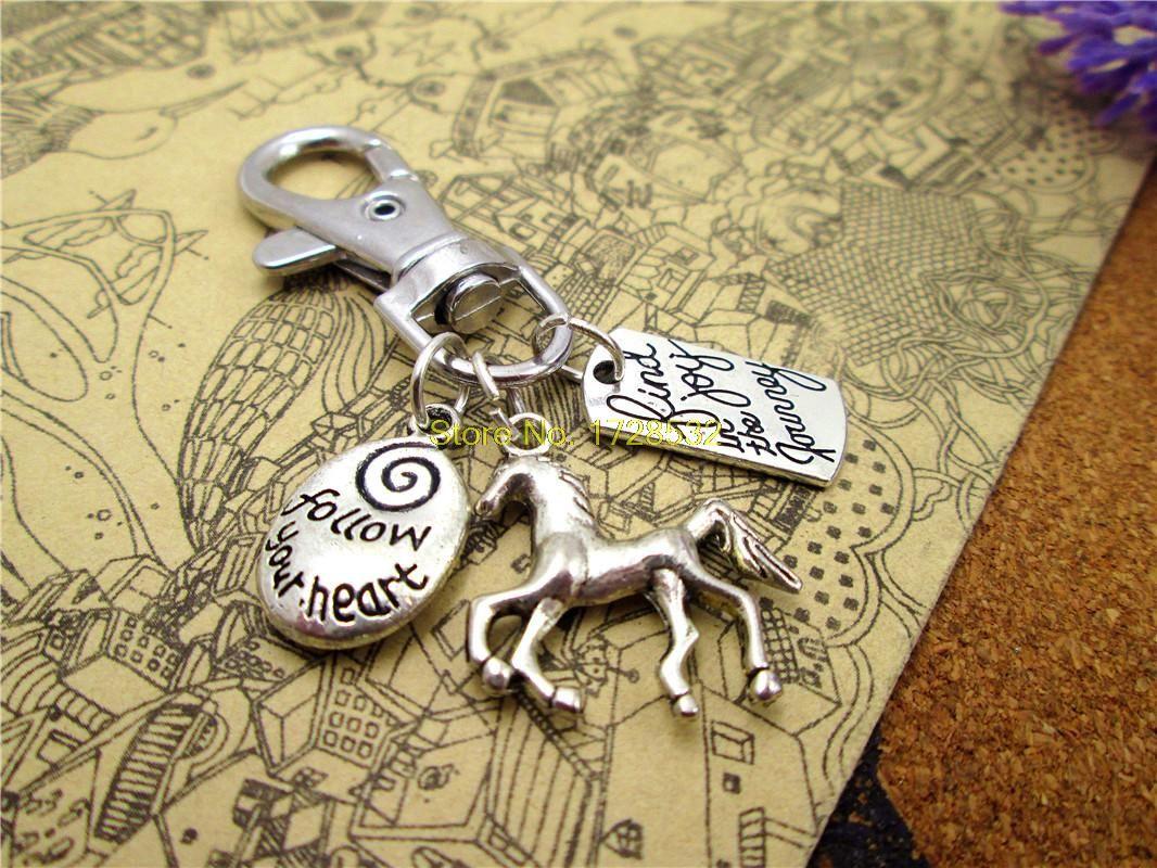 12 adet / grup yüksek kalite anahtarlık yolculukta sevinç bulmak, kalp antika gümüş at çekicilik izleyin, dünyaya binmek