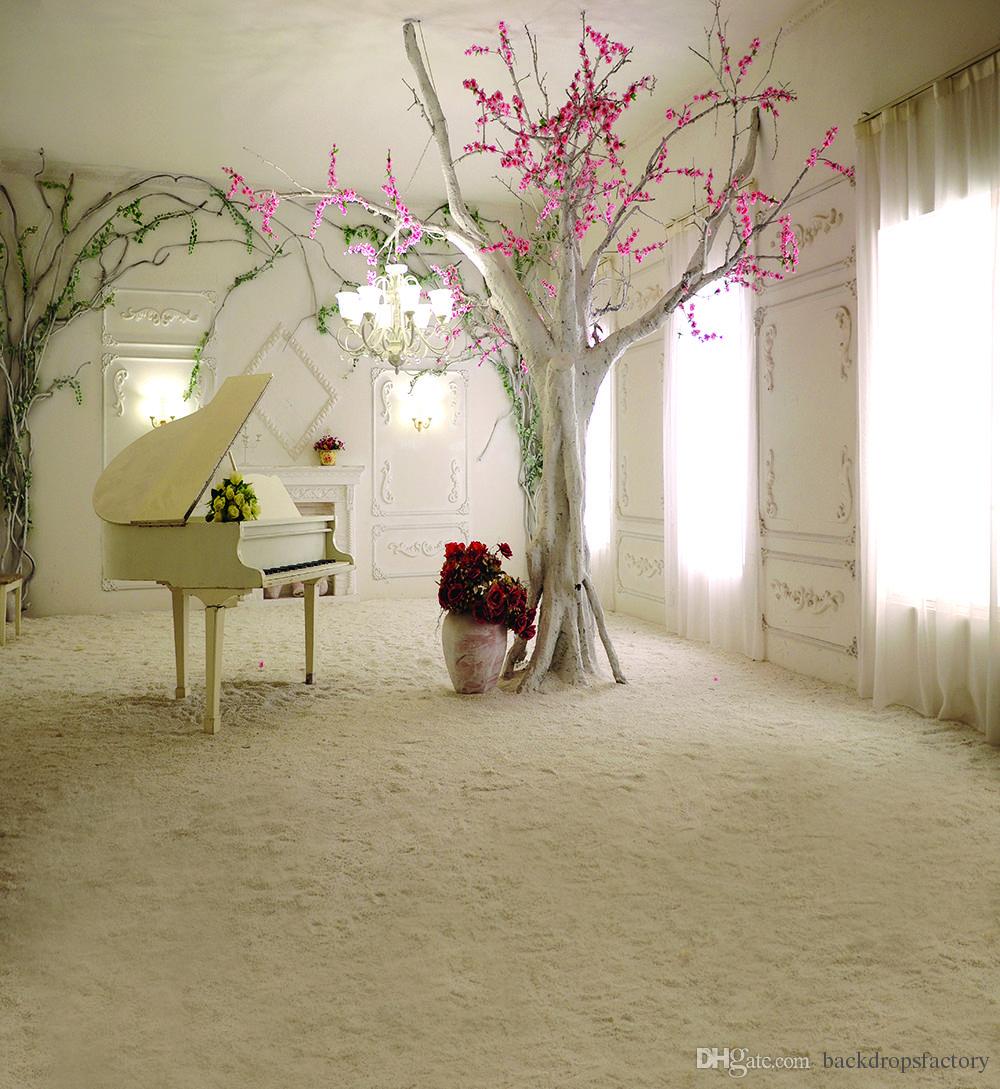 Photographie de vinyle - toile de fond de la vitre lumineuse intérieur rideau rose rose fleurs rose arbre piano fond de mariage fond de sable fin