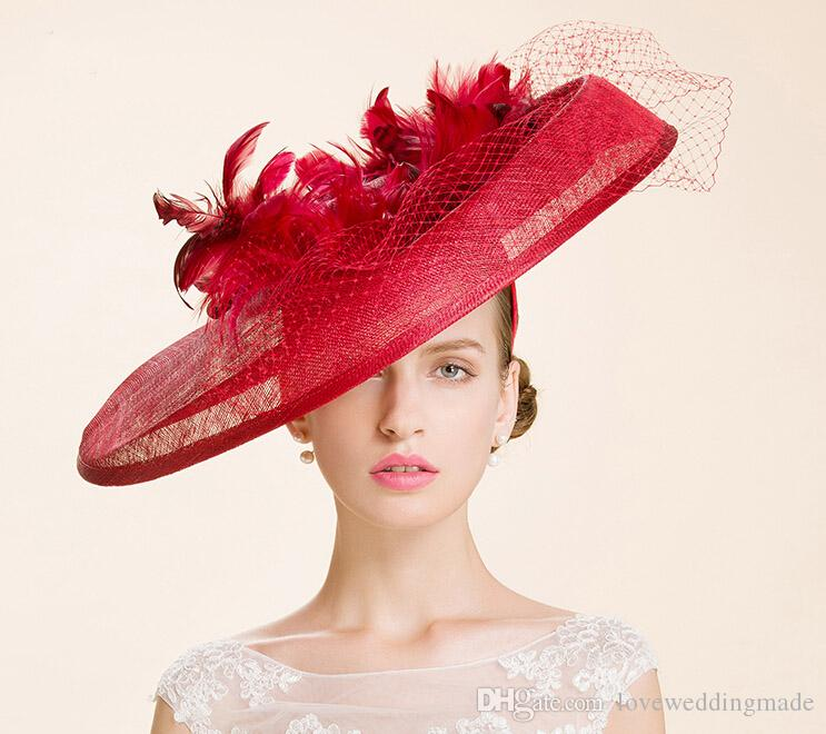 Alta qualità 2017 grande rosso britannico donne sinamay filato piccolo cappello danza / banchetto / vacanza cappello da sposa cappelli da sposa con vera piuma