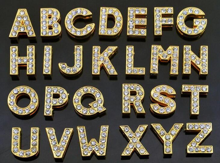 Großhandel 8mm 1300pcs / lot A-Z Goldfarbe voller Rhineston Diabuchstaben diy Alphabetcharme passen für 8mm lederne Armbandtelefonstreifen