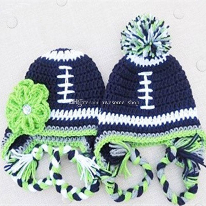 Novidade Futebol Pompom Earflap Hat, Feito À Mão de Malha De Crochê Do Bebê Da Menina do Menino Gêmeos Chapéu Da Equipe de Futebol, Listrado Inverno Cap, Infant Toddler Foto Prop