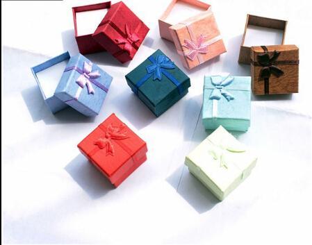 الجملة-الجملة 24 قطعة / الوحدة size4 * 4 * 3 سنتيمتر 10 الألوان ، مجوهرات عرض ورقة حلقة أقراط هدية مربع المخملية حلقة مربع عصابة أصحاب التخزين علبة