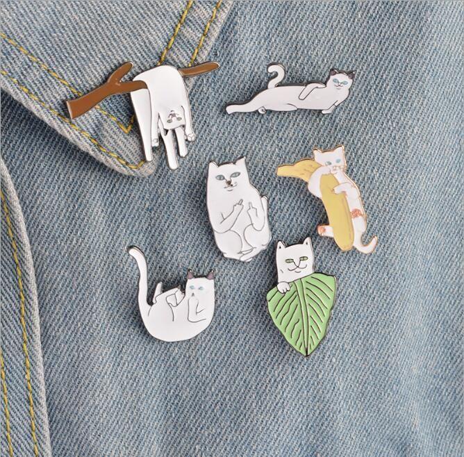 6 pezzi / set Gatto bianco su rami di foglie Spilla a banana Spilla Cartoon Animal Kitten Spille Donna Uomo Giacca colletto distintivo gioielli
