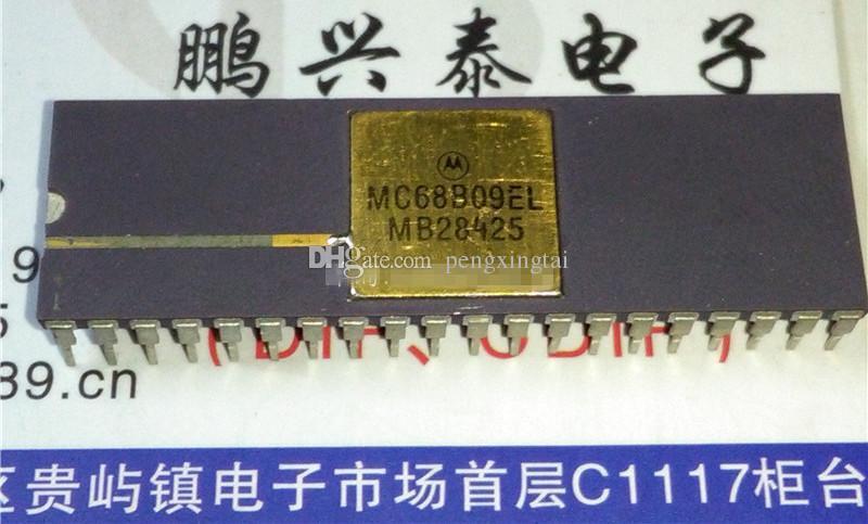 MC68B09L. MC68B09EL, surface dorée. double boîtier en céramique à 40 broches en ligne. MC68B09 Circuits intégrés de microprocesseur / composant électronique 8 bits vintage