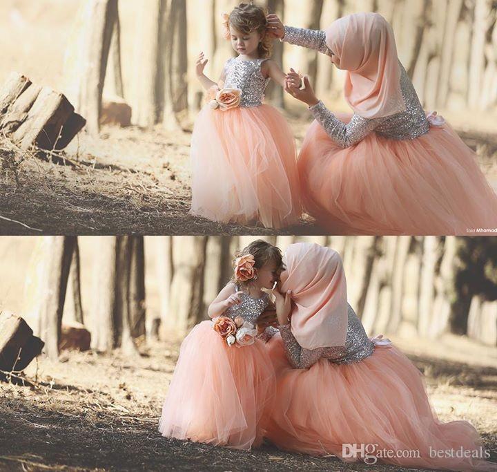 Abiti da ballo musulmani Colore corallo Bling Bling Paillettes Manica lunga Tulle Lunghezza pavimento Fiori Abito per madre figlia 2017 Abiti da ballo