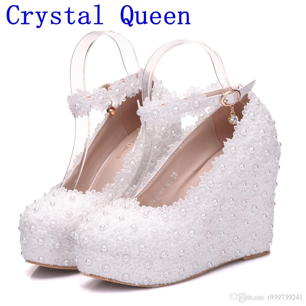 Großhandel Kristallkönigin Weiße Keile Hochzeitspumpen Süße Weiße Blume Spitze Perle Plattform Pumps Schuhe Braut Kleid High Heels Von T939739241,