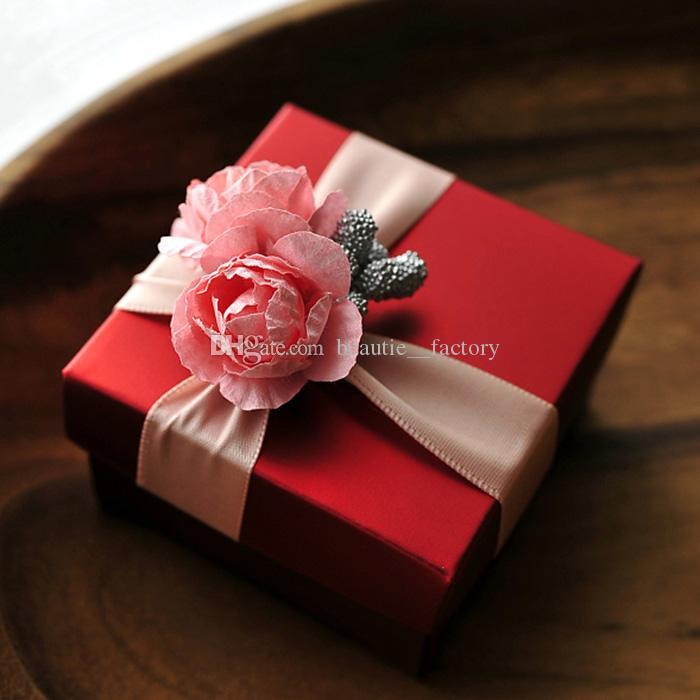 50 pcs Quadrado Vermelho Caixa de Doces com Fita Rosa Flor Rosa Decoração Do Casamento Favor de Doces Caixas De Presente