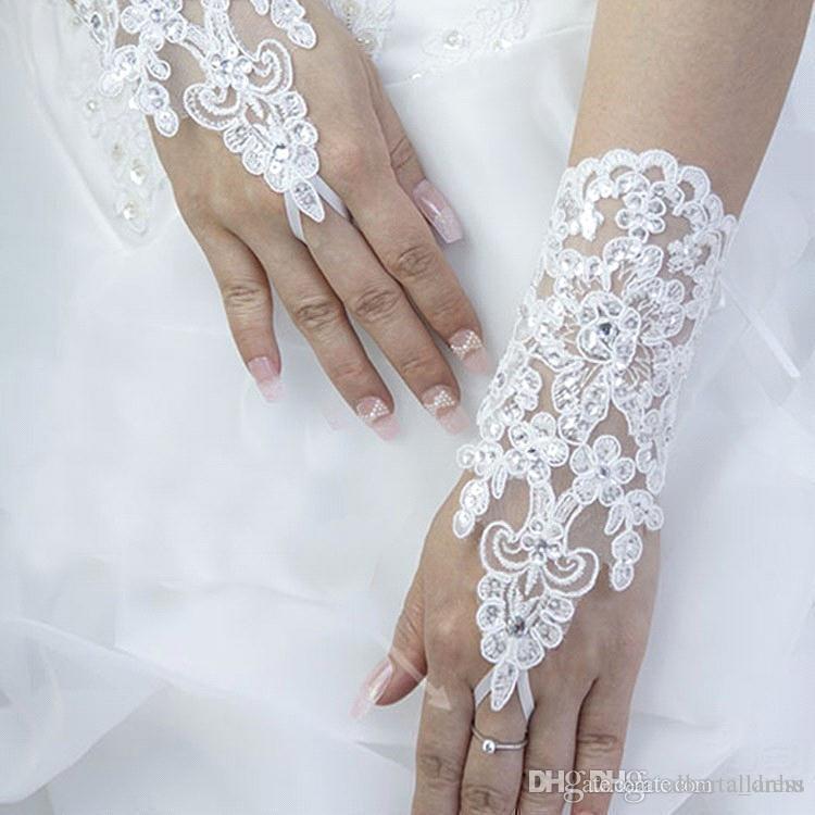 2020 Ucuz Yeni Seksi Parmaksız Eldiven Düğün Gelin Eldiven Aksesuar Boncuklu Dantel Eldiven Düğün Aksesuarları Bilek Uzunluğu Ücretsiz Kargo