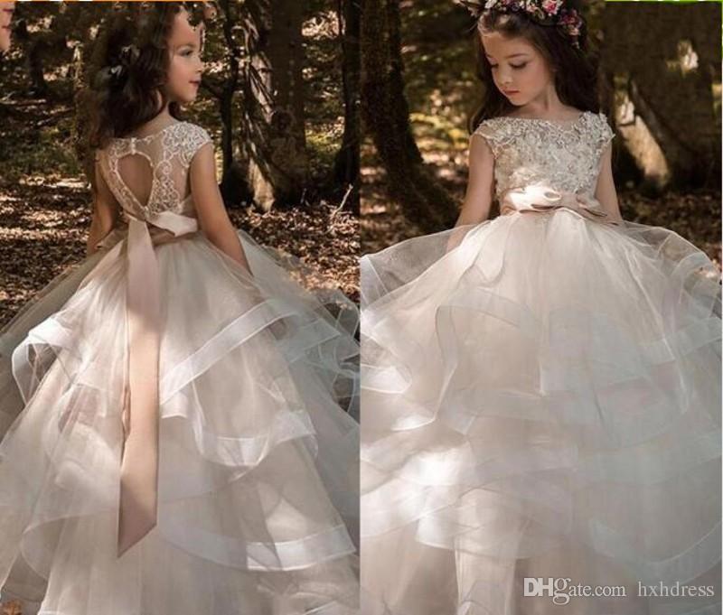 Katmanlı Ruffles Tül Abiye Kız Alayı Elbiseler Yay Kat Uzunluk Çiçek Kız Elbise Dantel Boncuklu Bateau Cap Kollu Çocuklar Gelinlik