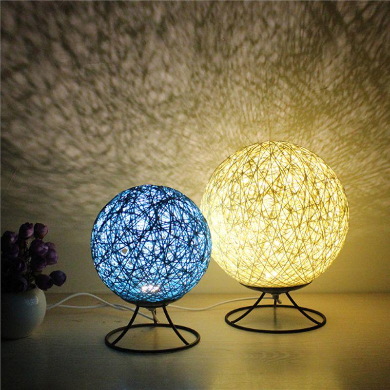 Calda luce romantica a Led Piccola lampada da tavolo Lampada da tavolo Mood creativa Lampada da comodino semplice Camera da letto Dormitorio Luce moderna Lampada da tavolo a led da tavolo