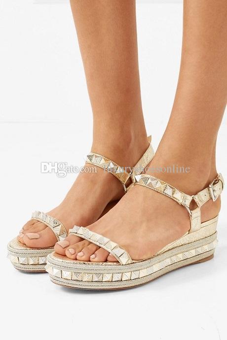 Señoras del verano Tacones altos Stud Mujeres Red Bottom Pyraclou Cataclou Sandalias de alta calidad Zapatos de la correa del tobillo Mujeres atractivas Cuñas Calzado con Bo