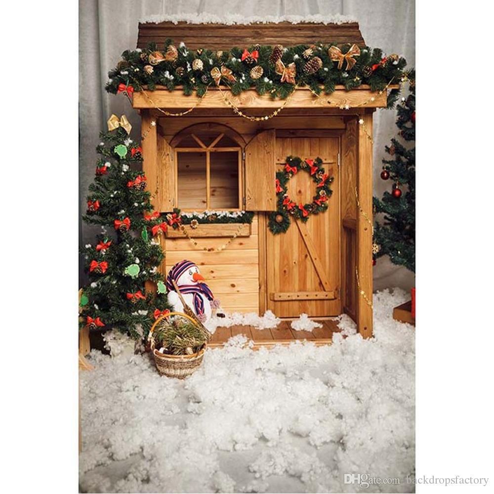 Weihnachtshintergrund-Fotografie druckte hölzernes Haus-Fenster-Tür-Girlande verzierte Kiefer-Schneemann-Kinder Winter-Weihnachtshintergründe