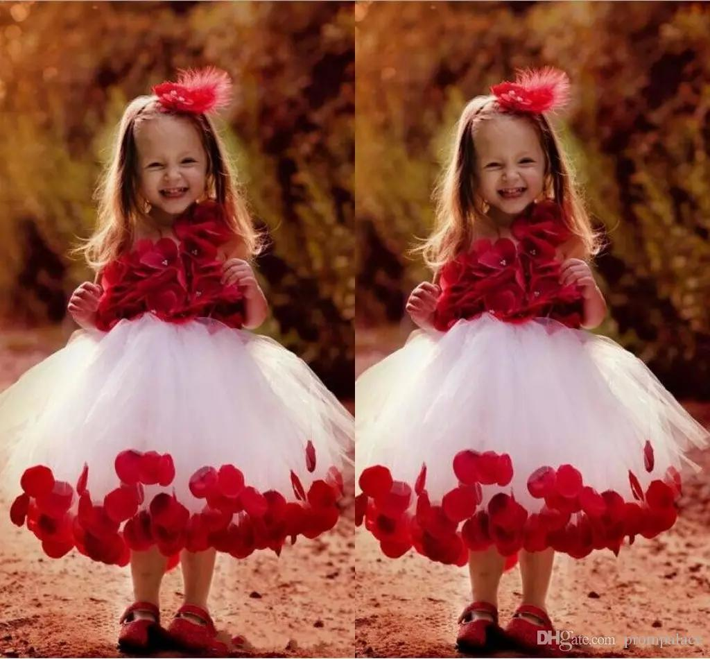 꽃을 가진 꽃 파는 소녀는 심술 궂은 미식가 가운 Tulle Ball Gown Kids 귀여운 아기를 위해 옷을 입는다.