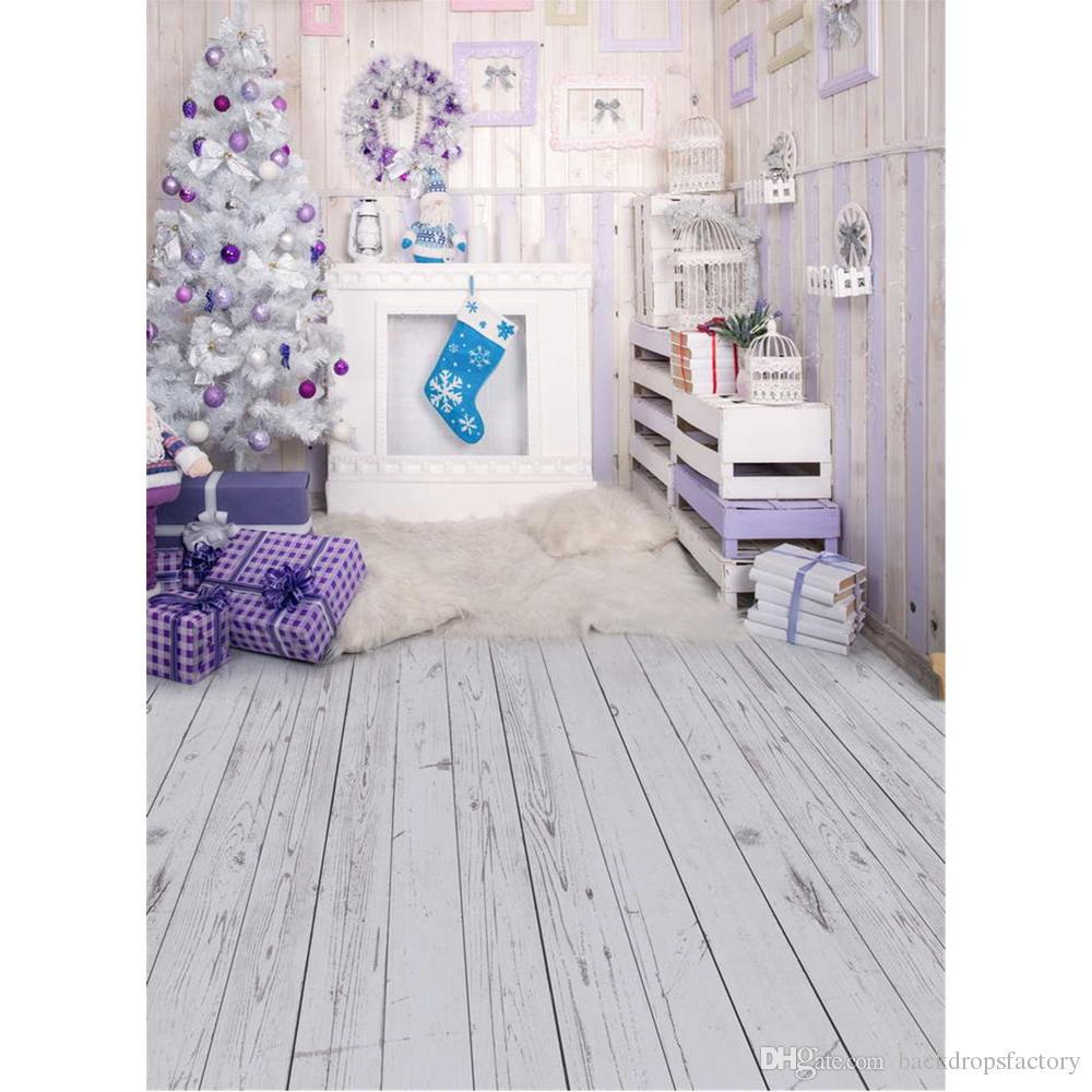 داخلي الميلاد حزب خلفية مطبوعة الطوق الأرجواني كرات زينت شجرة عيد الميلاد يقدم الاطفال التصوير خلفية أرضية الخشب