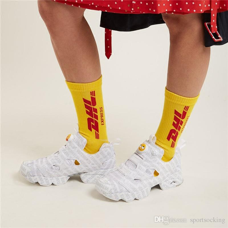 Le calze stampate lettera gialla di DHL per la moda unisex Hip-Hop Skateboard calzini Sport all'aria aperta Calze di cotone Calzino Pantofole