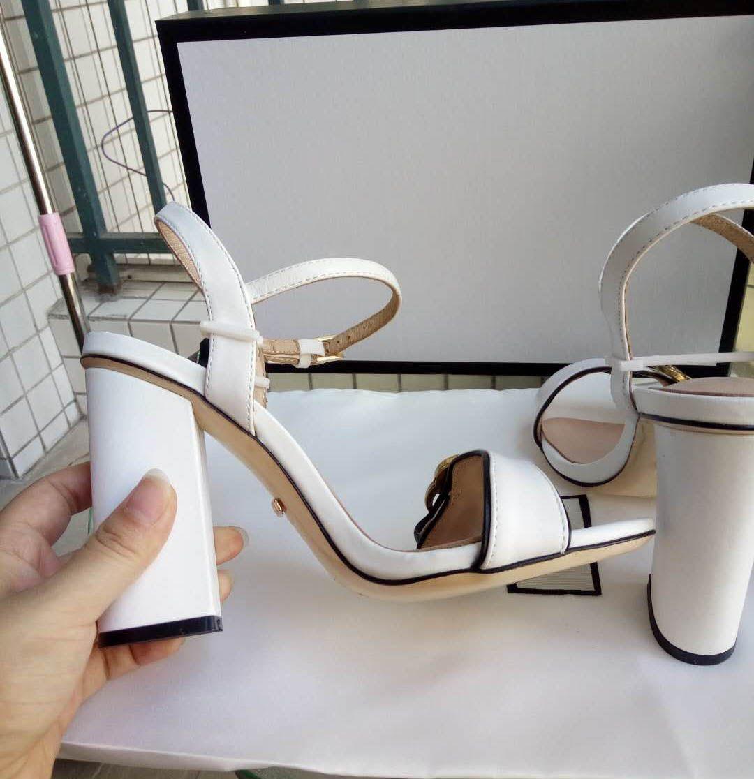 Yeni Gelenler 2018 Rugan Heyecan Topuklu Kadın Benzersiz Tasarımcı Sivri Burun Elbise Düğün Ayakkabı Seksi ayakkabı Mektuplar topuk Sandalet