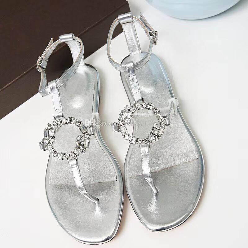 2018 gli ultimi sandali classici a fondo piatto sono elencati nell'atmosfera della moda. Non sono mai vecchi. Sono dei brillanti bottoni di diamanti. sol