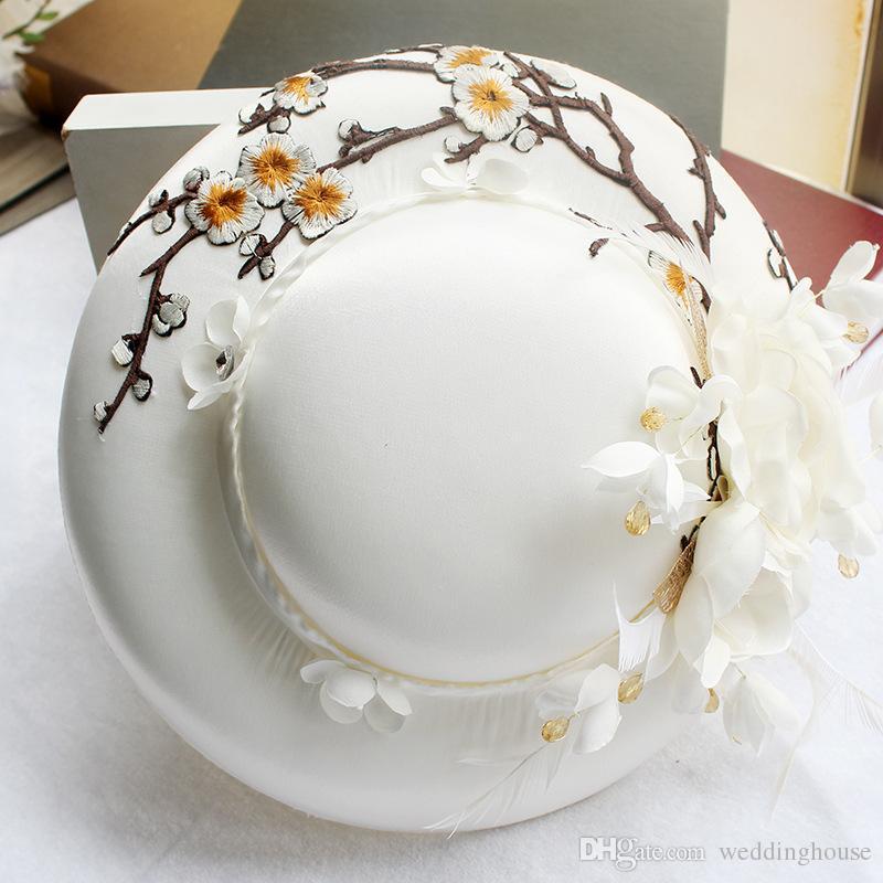 Feis Hotsale White Satin Haftowany kapelusz, biały kapelusz satynowy pióro, suknia ślubna, fotografii i włosów