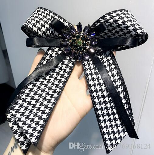 Fashion Stripe Grille Cravate Broches Cristal Clair Strass Corsage À La Main Bowknot Broche Broches Femmes Fille Chemise Robe Accessoires