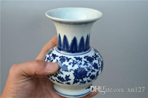 Chinese old  porcelain ornaments Blue and white vase