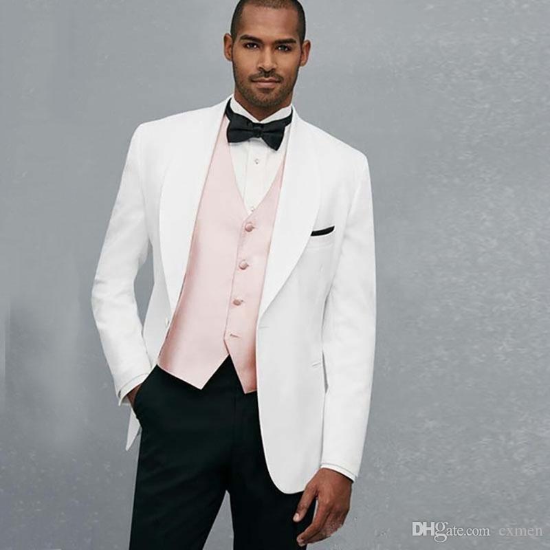 Zugeschnittene weiße Hochzeits-Anzüge für Männer-Blazer-breiter Schal-Revers-Bräutigam-Smoking-Abschlussball-Abnutzung 3 Stück-Jacken-Schwarz-Hosen-Rosa-Westen-Abend-Partei
