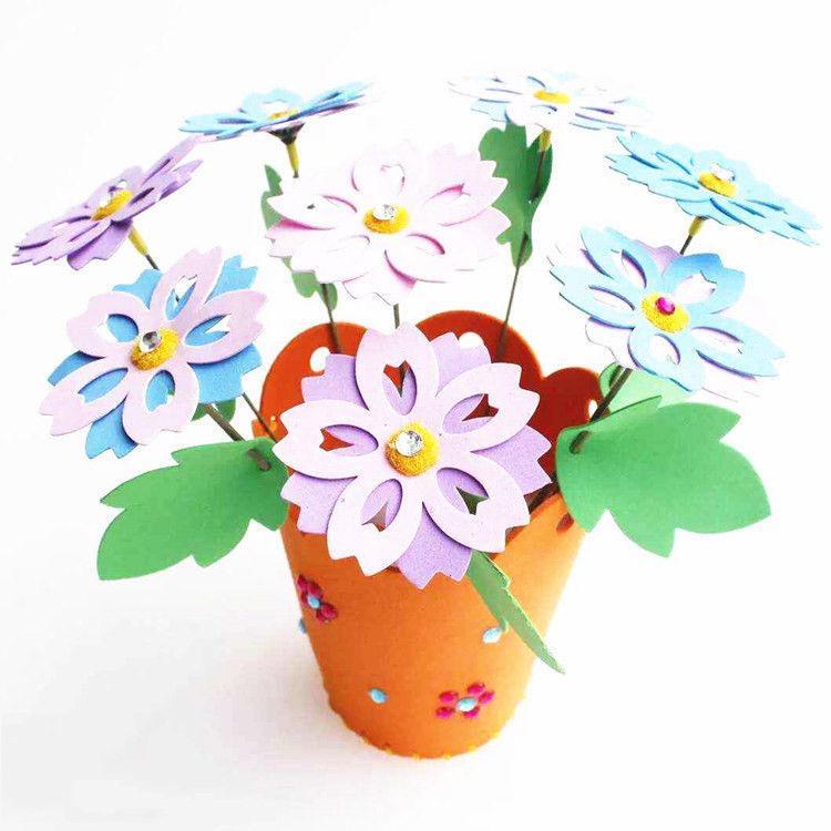 Çiçekler ve bir kartpostal ile vazo - Anneler Günü için güzel el yapımı bir öğe