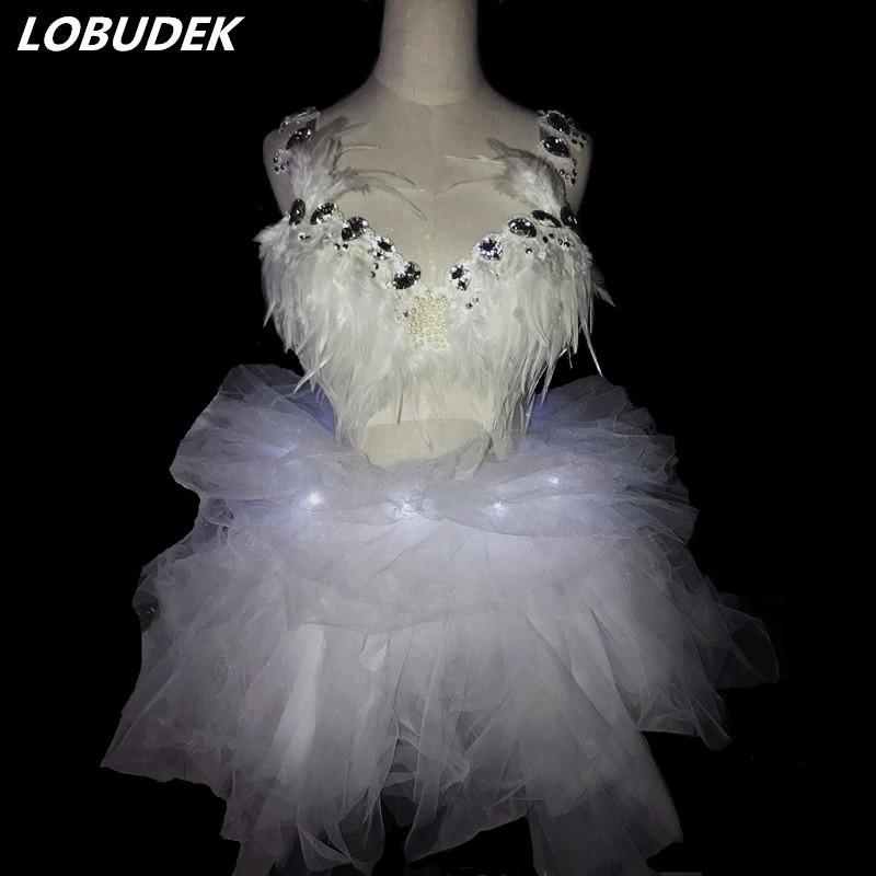 Сексуальная Жемчужина кристаллы бюстгальтер белые перья бикини светодиодные сетки юбка ночной клуб Женский DJ певица сценический костюм партии дефиле танец носит