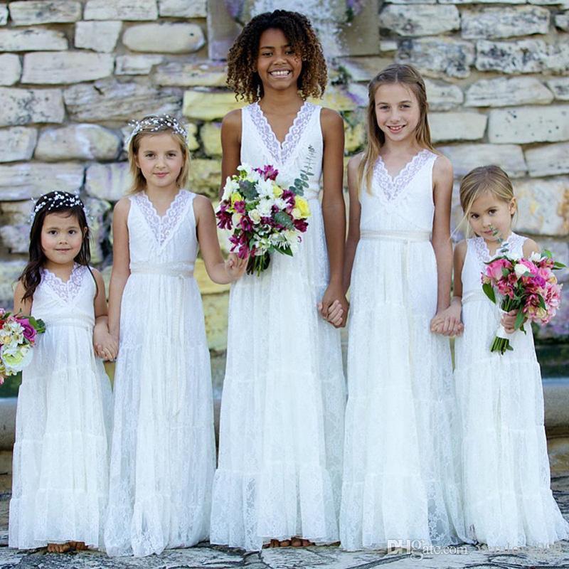 Romantico Boho Lace Flower Girls Dresses Scollo a V bianco Matrimoni Juniors Bridesmaids Abiti economici lunghi abiti estivi ragazza