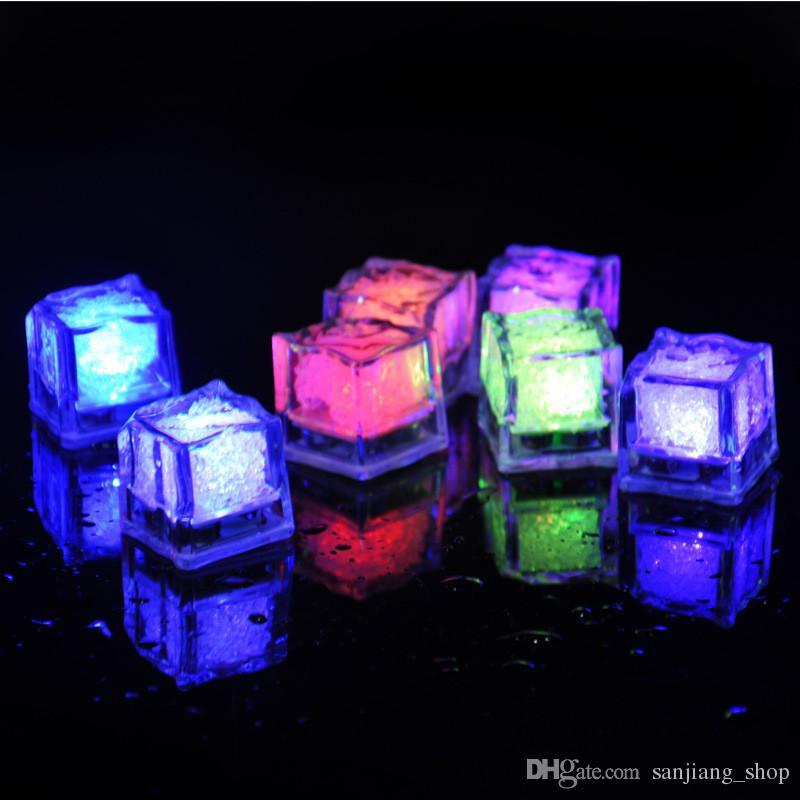 Dia das bruxas DIODO EMISSOR de Luz Cubo de Gelo Artifical Sensor de Líquido de Iluminação Cubos De Gelo De cristal bloco Flash Para O Natal Barra de Casamento