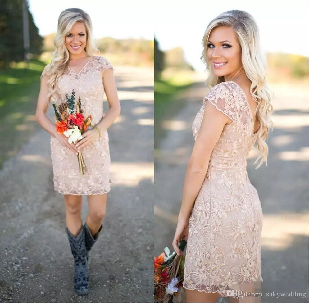 New Country Brautjungfernkleider Champagne V-Ausschnitt mit kurzen Ärmeln vollen Spitze-Hüllen-Hochzeitsgast Kleider Kurze Maid of Honor Kleider