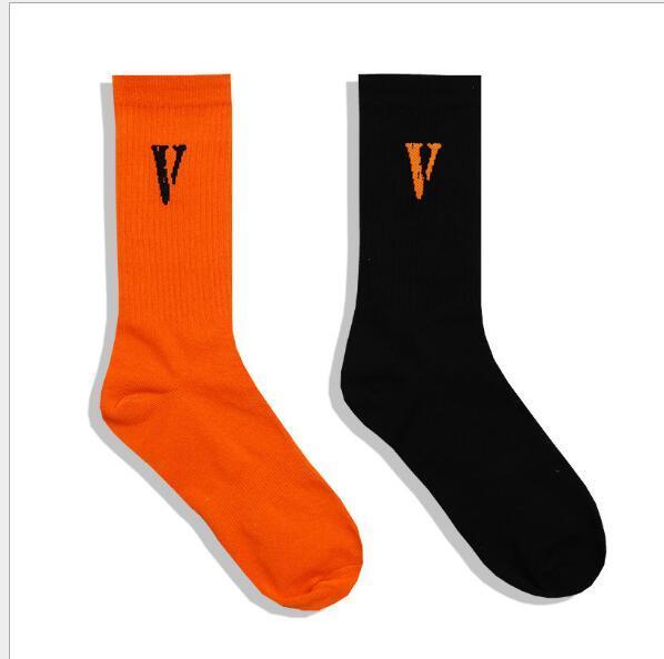 Ropa casual V letra impresa calcetín negro y naranja amigos calcetines impresos para unisex moda monopatín hip-hop Sockin
