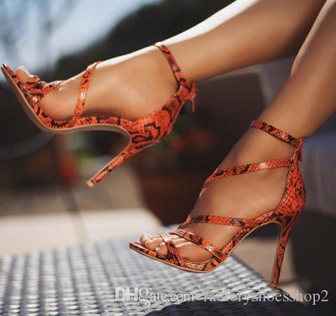 Alta qualità marca famosa pelle di serpente modello PU cinturino incrociato coperto tacco sandali signora sfilata di moda partito scarpe animali selvatici pelle