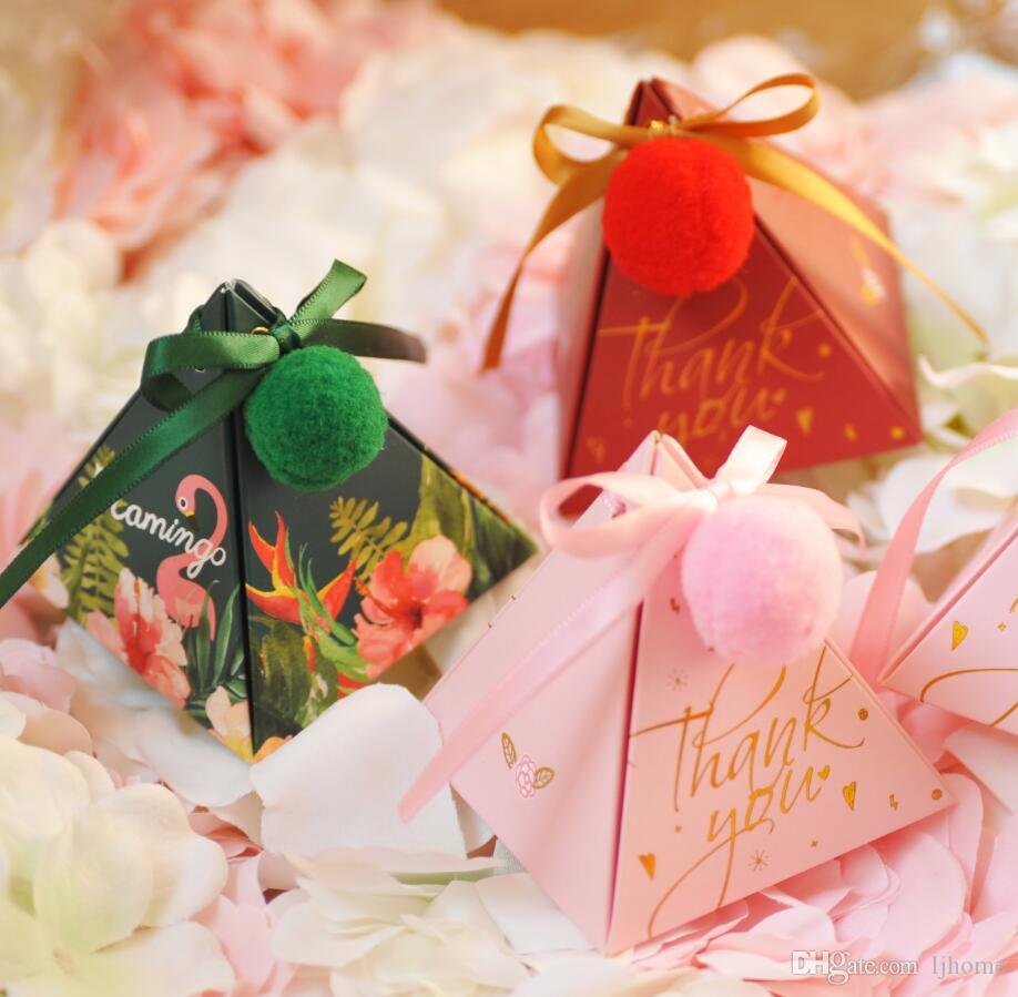 50 Stücke Kreative Hochzeit Gunsten Box Dreieck Pralinenschachtel Geschenkboxen Event Party Supplies Süße Liebe Süßigkeitskästen mit Band Karte