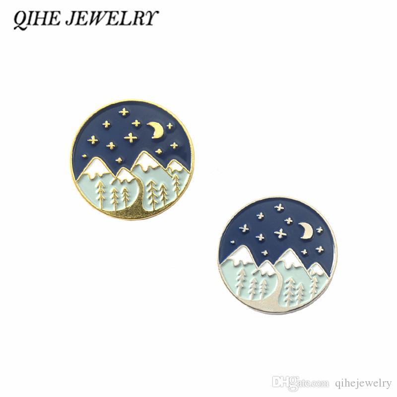 QIHE SCHMUCK Moountain Abenteuer Pin Mond und Sterne Forest Travel erkunden Broschen Abzeichen Emaille Pins Geschenk für Wanderer