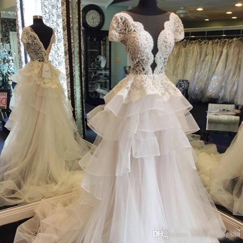 2018 Cordón magnífico una línea de vestidos de boda por encargo de manga corta de corte corto vestidos de novia de tul con gradas tren de barrido vestido
