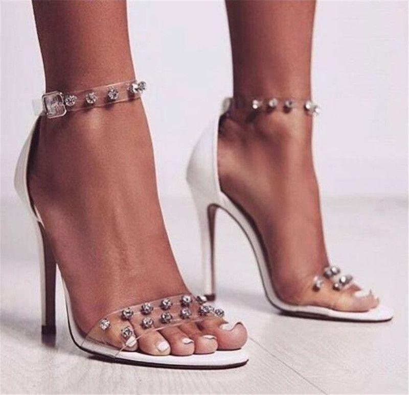 Yeni Moda Kadınlar Beyaz Deri PVC Rhinestone Ince Topuk Sandalet Şeffaf Ayak Bileği Sapanlar Kristal Yüksek Topuk Sandalet Elbise Düğün Ayakka ...
